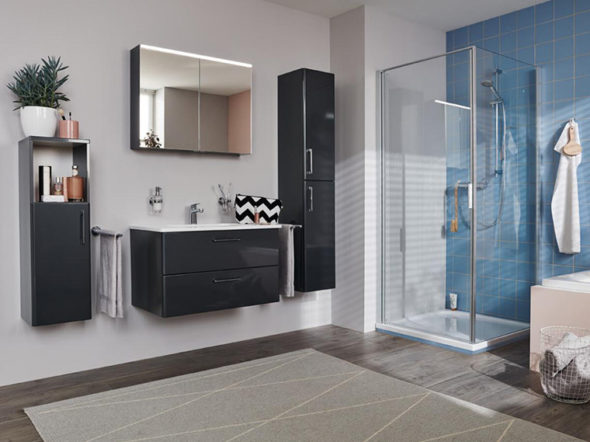 Badezimmer mit blauem Fliesenspiegel in der Dusche