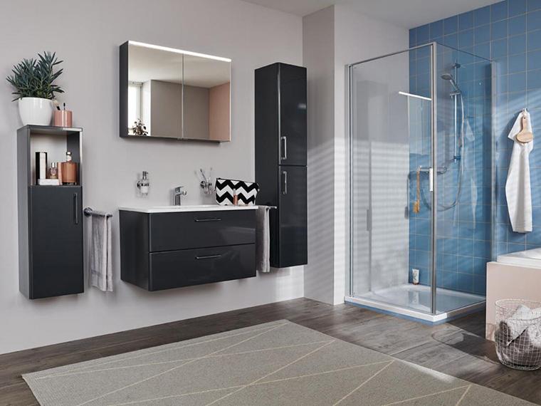 Dusche mit blauem Fliesenspiegel