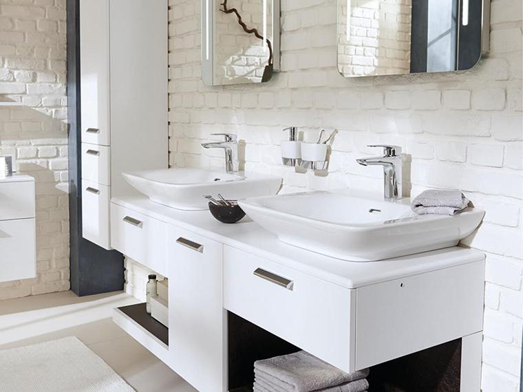 Badezimmer mit weißer Steinwand